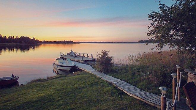 пристань и лодка на озере